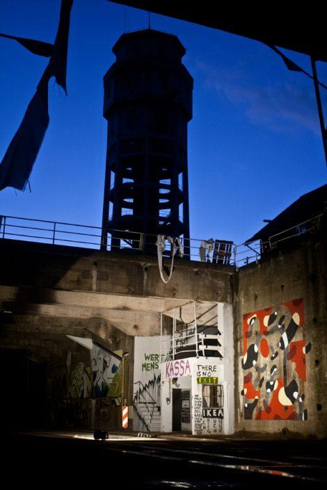 Wertpapiermensch Turm by Kris Kind